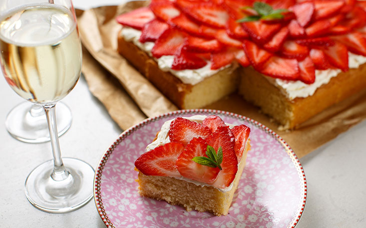 recipe image Strawberry Prosecco Traybake