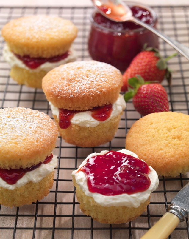 recipe image Mini Golden Victoria Sponges